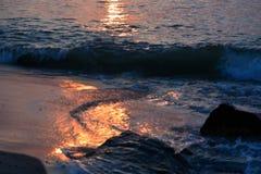 Onde lungo il molo ad alba Immagine Stock Libera da Diritti