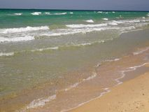 Onde molle de la mer sur la plage sablonneuse banque de vidéos