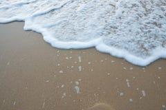Onde molle de la mer sur la plage sablonneuse images libres de droits