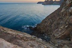 Onde a montanha encontra um mar azul Imagens de Stock