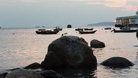 Onde nel porto dell'isola di Lamma stock footage