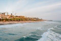 Onde nell'oceano Pacifico e nella spiaggia a San Clemente, contea di Orange, California immagini stock