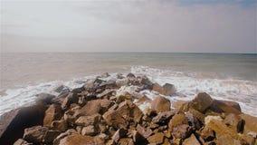Onde nella rottura del mare sulle rocce sul litorale video d archivio