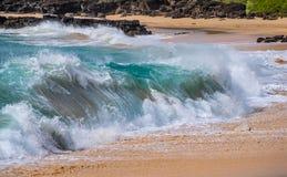 Onde nella spuma da una spiaggia in Hawai immagine stock libera da diritti