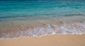 Onde nella spuma da una spiaggia in Hawai fotografie stock