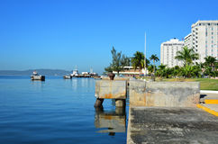 Onde o mar encontra a cidade Imagens de Stock Royalty Free