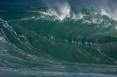 Onde outre du rivage du nord d'Oahu Image stock