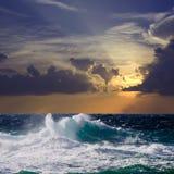 Onde pendant la tempête dans le coucher du soleil images libres de droits