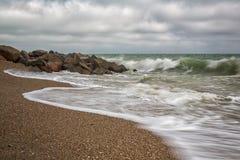 Onde potenti su una spiaggia rocciosa Fotografie Stock