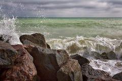Onde potenti su una spiaggia rocciosa Immagini Stock Libere da Diritti