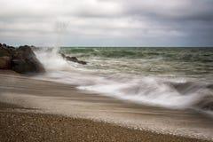 Onde potenti su una spiaggia rocciosa Immagine Stock Libera da Diritti
