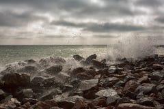 Onde potenti su una spiaggia rocciosa Fotografie Stock Libere da Diritti