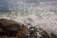 Onde potenti su una spiaggia rocciosa Fotografia Stock