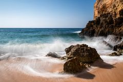 Onde a Praia de Albandeira fotografia stock libera da diritti