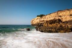 Onde a Praia de Albandeira fotografia stock