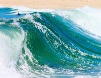 Onde praticanti il surfing Fotografia Stock