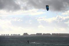 Onde praticanti il surfing praticanti il surfing del mare delle onde dell'aquilone nella natura Mediterranea praticante il surfin fotografia stock libera da diritti
