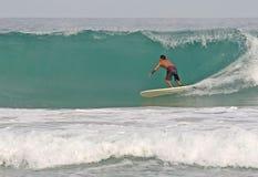 Onde praticanti il surfing della cavità Fotografia Stock Libera da Diritti