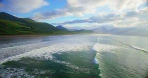 Onde ripetitive del mare e colline verdi 4k archivi video