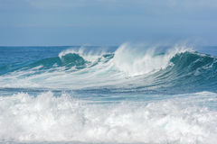 Onde ruvide che si schiantano nell'oceano Immagini Stock Libere da Diritti