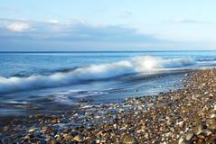 Onde scénique de vague déferlante sur le littoral rocheux Images libres de droits