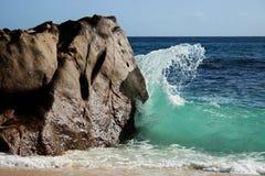 Onde se cassant contre la roche Image libre de droits