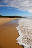 Onde se cassant sur une plage Photos stock