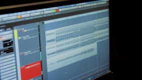 Onde sonore su un monitor del computer in uno studio di registrazione video d archivio