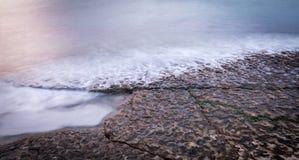 Onde sopra la linea costiera rocciosa immagine stock libera da diritti