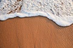 Onde soulevant sur le sable image libre de droits