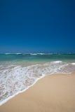 Onde soulevant sur le sable photos stock