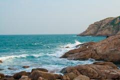 Onde splashy rocciose Fotografia Stock Libera da Diritti