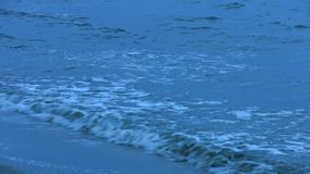 Onde spumose che spruzzano alla spiaggia Marea dell'oceano Fondo calmo per la meditazione archivi video