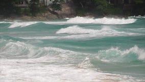 Onde su una spiaggia stock footage