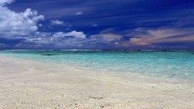 Onde su una spiaggia tropicale abbandonata, ROratonga stock footage