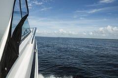 Onde sul mare dietro la barca di velocità nel giorno soleggiato Fotografia Stock