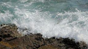Onde sul movimento lento delle rive da 120 fps stock footage