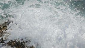 Onde sul movimento lento delle rive da 120 fps archivi video