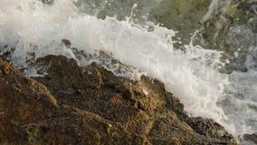 Onde sul movimento lento delle rive da 120 fps video d archivio