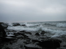 Onde sulla riva del nord del lago Superiore Fotografia Stock