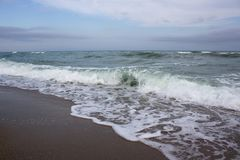Onde sulla riva di mare Immagini Stock Libere da Diritti