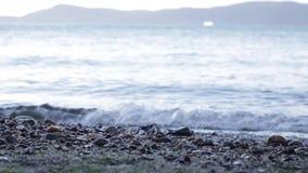 Onde, sulla spiaggia stock footage