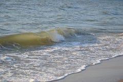 Onde sulla spiaggia di sabbia Immagine Stock