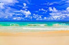 Onde sulla spiaggia tropicale Fotografia Stock Libera da Diritti