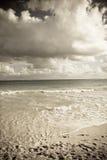 Onde sulla spiaggia tropicale fotografie stock libere da diritti