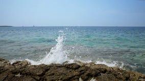 Onde sulle rive del movimento lento croato dell'isola da 120fps video d archivio
