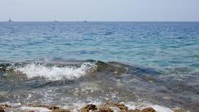 Onde sulle rive del movimento lento croato dell'isola da 120fps stock footage