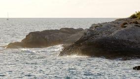 Onde sulle rive di un'isola croata archivi video