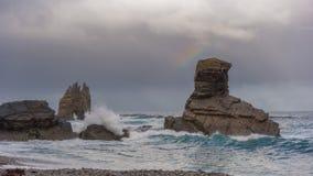 Onde sulle rocce fotografie stock libere da diritti