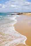 Onde sur la belle plage photographie stock